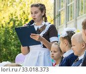 Купить «Старшеклассница дает напутствие первоклашкам на первое сентября», эксклюзивное фото № 33018373, снято 25 февраля 2020 г. (c) Кузин Алексей / Фотобанк Лори