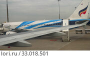 Купить «Airplane taxiing in Suvarnabhumi airport, Bangkok», видеоролик № 33018501, снято 30 ноября 2017 г. (c) Игорь Жоров / Фотобанк Лори
