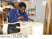 Купить «Craftsman restoring old chest of drawers», фото № 33018785, снято 2 февраля 2019 г. (c) Яков Филимонов / Фотобанк Лори