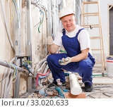 Electrician mounting electrical wiring. Стоковое фото, фотограф Яков Филимонов / Фотобанк Лори