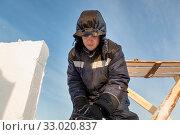 Portrait of a worker in a blue jacket with a hood (2020 год). Редакционное фото, фотограф Андрей Кузнецов / Фотобанк Лори