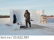 Portrait of a worker with a shovel in his hands (2020 год). Редакционное фото, фотограф Андрей Кузнецов / Фотобанк Лори