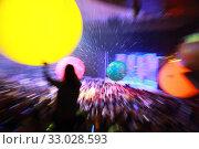 Купить «Размытый фон с разноцветными шарами и зрителями, вид из зала на сцену», фото № 33028593, снято 1 февраля 2020 г. (c) Татьяна Белова / Фотобанк Лори