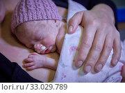 Купить «Mother with baby, mother-kangaroo method, Skin-to-skin contact, Neonatal pediatrics, Medical care, Neonate Intensive care Unit, UVI, ICU, Hospital Donostia...», фото № 33029789, снято 26 ноября 2019 г. (c) age Fotostock / Фотобанк Лори