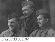 Купить «Три солдата. Все трое круглые отличники. Ноябрь 1942», фото № 33033761, снято 17 февраля 2020 г. (c) Retro / Фотобанк Лори