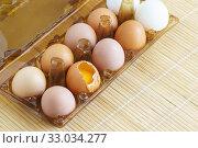 Купить «Пластиковая упаковка с яйцами. Одно из них разбито», фото № 33034277, снято 11 августа 2018 г. (c) Наталья Гармашева / Фотобанк Лори