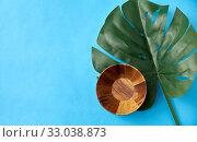 Купить «wooden plate and monstera deliciosa leaf», фото № 33038873, снято 16 ноября 2018 г. (c) Syda Productions / Фотобанк Лори