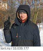 Портрет молодого человека, который что-то многозначительно показывает. Московская зима. Стоковое фото, фотограф Валерия Попова / Фотобанк Лори