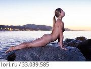 Nude woman is lying on a rock. Стоковое фото, фотограф Яков Филимонов / Фотобанк Лори