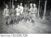 Сообщение командования внимательно слушает взвод солдат. 09.09.1945. Стоковое фото, фотограф Retro / Фотобанк Лори