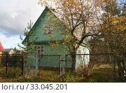 Купить «Деревянный дачный зеленый домик», эксклюзивное фото № 33045201, снято 18 октября 2019 г. (c) Щеголева Ольга / Фотобанк Лори