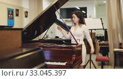 Pretty woman seller in piano music store. Стоковое видео, видеограф Яков Филимонов / Фотобанк Лори