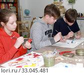 Купить «Ученики окрашивают деталь. Детский мастер-класс по изготовлению деревянного кораблика», фото № 33045481, снято 26 января 2020 г. (c) Ирина Борсученко / Фотобанк Лори