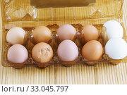 Купить «Несколько свежих яиц в фабричной упаковке. Одно яйцо с разбитой скорлупой», фото № 33045797, снято 11 августа 2018 г. (c) Наталья Гармашева / Фотобанк Лори