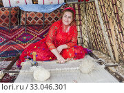 Qashqai woman weaving a carpet, Qashqai nomad camp, Fars Province, Iran. (2019 год). Редакционное фото, фотограф M&G Therin-Weise / age Fotostock / Фотобанк Лори