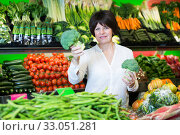 Mature woman buying fresh vegetables. Стоковое фото, фотограф Яков Филимонов / Фотобанк Лори