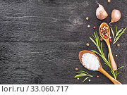 Рамка из соли и чеснока на черной доске сверху. Стоковое фото, фотограф Резеда Костылева / Фотобанк Лори