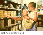 mother with daughter buy corn cakes in store. Стоковое фото, фотограф Татьяна Яцевич / Фотобанк Лори