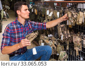 Купить «guy looking holster for pneumatic weapon in army store», фото № 33065053, снято 4 июля 2017 г. (c) Яков Филимонов / Фотобанк Лори