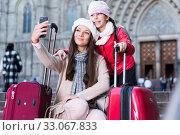female and child in the center taking selfie. Стоковое фото, фотограф Яков Филимонов / Фотобанк Лори