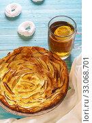 Аппетитный яблочный пирог и чай с безе на синем столе. Домашняя выпечка. Стоковое фото, фотограф Наталья Гармашева / Фотобанк Лори