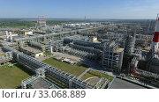 Huge petroleum refinery , aerial view. Стоковое видео, видеограф Данил Руденко / Фотобанк Лори