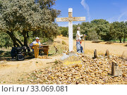 Купить «Upon leaving Santibáñez de Valdeiglesias, we found a carved cross escorted by a series of figures, including a scarecrow. French Way, Way of St. James...», фото № 33069081, снято 29 апреля 2019 г. (c) age Fotostock / Фотобанк Лори