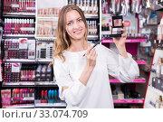 Woman demonstrating palette of eye shadows. Стоковое фото, фотограф Яков Филимонов / Фотобанк Лори