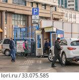 Купить «Рынок Сенной, пункт оплаты внутренней парковки. Въезд в рынок со стороны ул. Будённого. Краснодар 02.2020», фото № 33075585, снято 13 февраля 2020 г. (c) Игорь Тарасов / Фотобанк Лори