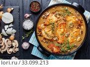 Chicken Marsala in a black ceramic dish. Стоковое фото, фотограф Oksana Zh / Фотобанк Лори