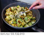 Купить «Fried peeled artichokes in a pan», фото № 33132013, снято 9 апреля 2020 г. (c) Яков Филимонов / Фотобанк Лори