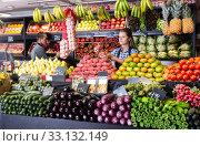 Купить «saleswoman selling fresh peaches and vegetables», фото № 33132149, снято 7 апреля 2020 г. (c) Яков Филимонов / Фотобанк Лори