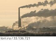 Купить «Огромный завод. Дым из труб. Фабрика на фоне природы», фото № 33136721, снято 30 января 2020 г. (c) Яковлев Сергей / Фотобанк Лори