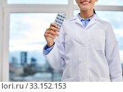 smiling female doctor with pills at medical office. Стоковое фото, фотограф Syda Productions / Фотобанк Лори