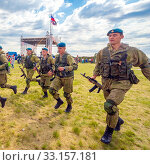 Купить «Russia, Samara, June 2019: young paratroopers at demonstrations in full combat gear.», фото № 33157181, снято 8 июня 2019 г. (c) Акиньшин Владимир / Фотобанк Лори