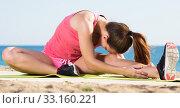 Купить «Girl training at sea beach», фото № 33160221, снято 20 февраля 2020 г. (c) Яков Филимонов / Фотобанк Лори