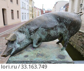Pig bridge over the old moat at the Nikolaikirche. Стоковое фото, фотограф Erich Teister / PantherMedia / Фотобанк Лори