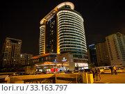 Ночной вид на гостиницу Абшерон Мариотт в Баку. Азербайджан. Редакционное фото, фотограф Евгений Ткачёв / Фотобанк Лори