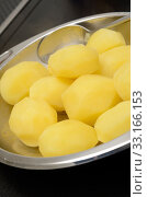 Boiled potatoes in a steel bowl in the kitchen. Стоковое фото, фотограф Andreas Berheide / PantherMedia / Фотобанк Лори