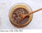 Купить «Stirring chopped pecan nuts into filling for pecan pie», фото № 33176797, снято 5 июля 2020 г. (c) PantherMedia / Фотобанк Лори