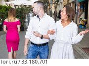 Angry female is jealousying because her boyfriend is staring on stranger girl. Стоковое фото, фотограф Яков Филимонов / Фотобанк Лори