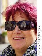 Купить «ratstrinkstube is reflected in the sunglasses of a woman», фото № 33190577, снято 26 февраля 2020 г. (c) PantherMedia / Фотобанк Лори