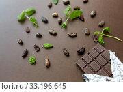 Купить «dark chocolate bar with peppermint and cocoa beans», фото № 33196645, снято 1 февраля 2019 г. (c) Syda Productions / Фотобанк Лори