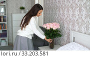 Woman decorate the room with flowers. Стоковое видео, видеограф Илья Шаматура / Фотобанк Лори