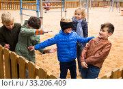 Happy kids playing blind man bluff. Стоковое фото, фотограф Яков Филимонов / Фотобанк Лори