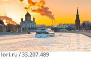 Яхта флотилии «Рэдиссон Ройал». Вид на Храм Христа Спасителя. Зима. Во время заката. Москва (2020 год). Редакционное фото, фотограф E. O. / Фотобанк Лори