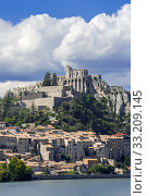 Citadel of the city Sisteron on the banks of the River Durance, Provence-Alpes-Cote d'Azur, Alpes-de-Haute-Provence, France. September 2018. Стоковое фото, фотограф Philippe Clement / Nature Picture Library / Фотобанк Лори
