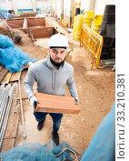 Man installing brick wall. Стоковое фото, фотограф Яков Филимонов / Фотобанк Лори