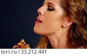 Купить «Girl eating hamburger. Fast Food burger of happy woman», видеоролик № 33212441, снято 28 декабря 2019 г. (c) Gennadiy Poznyakov / Фотобанк Лори