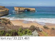 London Arch in the Port Campbell National Park, Great Ocean Road, Victoria, Australia. The landmark was formally known as London Bridge, but in 1990 the... Стоковое фото, фотограф Ken Welsh / age Fotostock / Фотобанк Лори